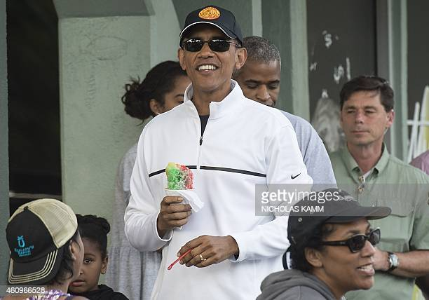 Prdesident Barack Obama has shave ice with friends at Island Snow in Kailua on January 1, 2015. AFP PHOTO/NICHOLAS KAMM