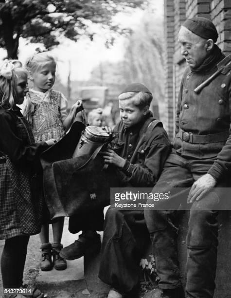 Père de famille ayant une ration de travailleur partageant son repas avec ses enfants Allemagne circa 1940