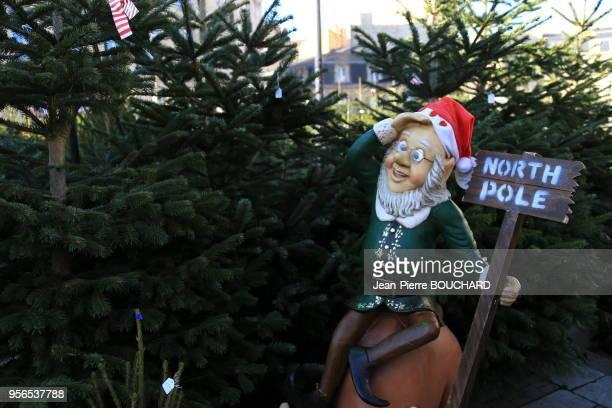 Père Noël avec un écriteau 'pole nord' au marché de Noël de Bordeaux 12 décembre 2015 France