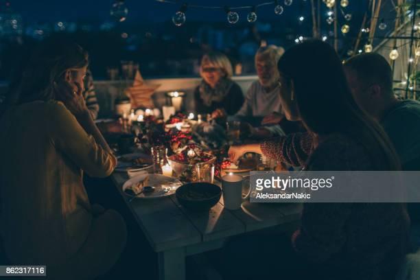 感謝祭のディナーの時に大切な家族の瞬間