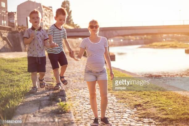 momentos preciosos juntos - quayside fotografías e imágenes de stock