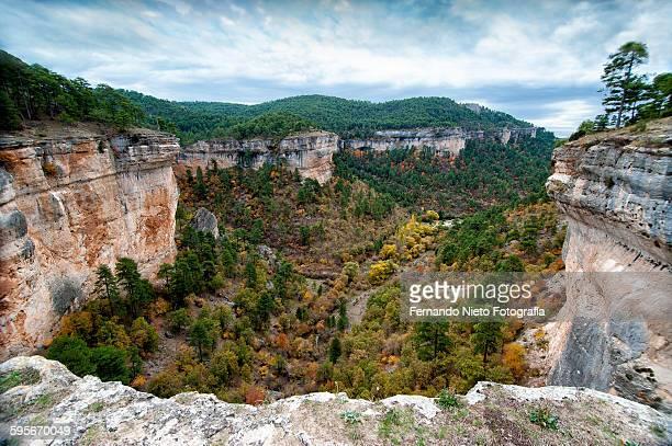 precipice in the mountain range of cuenca, spain - provincia de cuenca fotografías e imágenes de stock