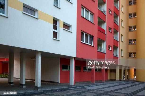 prefabricated housing project painted in bright colors in the district of wedding, berlin, germany - sociale dienst stockfoto's en -beelden