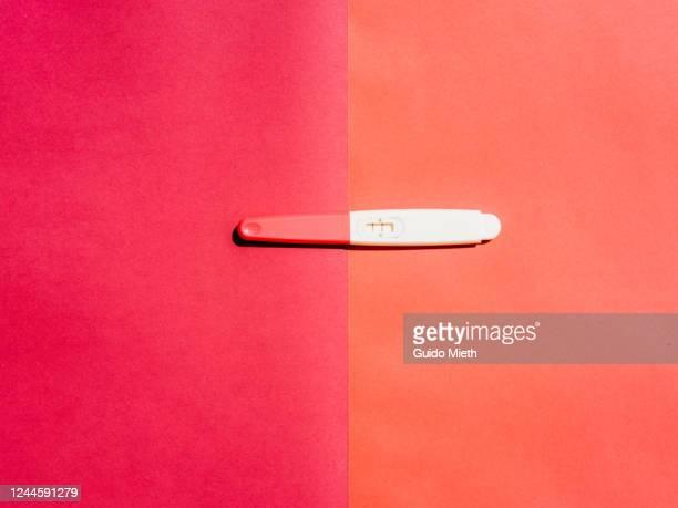 pregnancy test on pink background. - menselijke vruchtbaarheid stockfoto's en -beelden