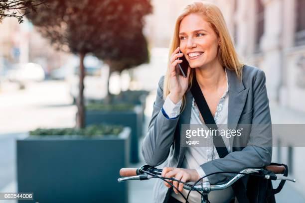 Empresaria embarazada montar bicicleta