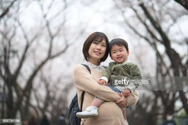 妊娠中の母親と桜の木の子