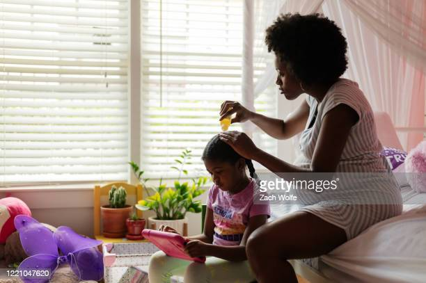 pregnant mother and daughter - cheveux naturels photos et images de collection