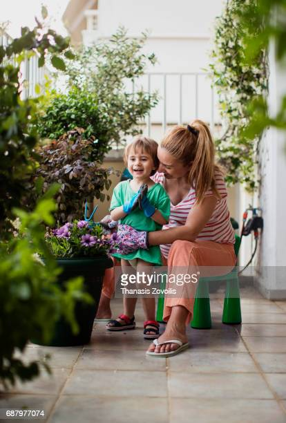 pregnant mother gardening with her 2 year old boy - jardinier humour photos et images de collection