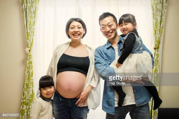 妊娠中の母親の家で彼女の家族と一緒に