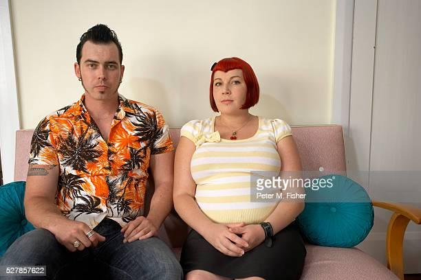 pregnant rockabilly couple on sofa - ポンパドール ストックフォトと画像