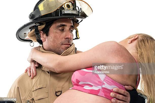 Femme enceinte l'aide de pompier