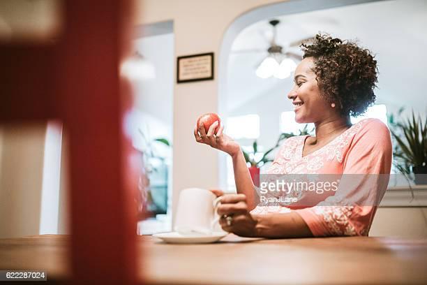 mulher grávida comer saudável - gravidas africanas imagens e fotografias de stock