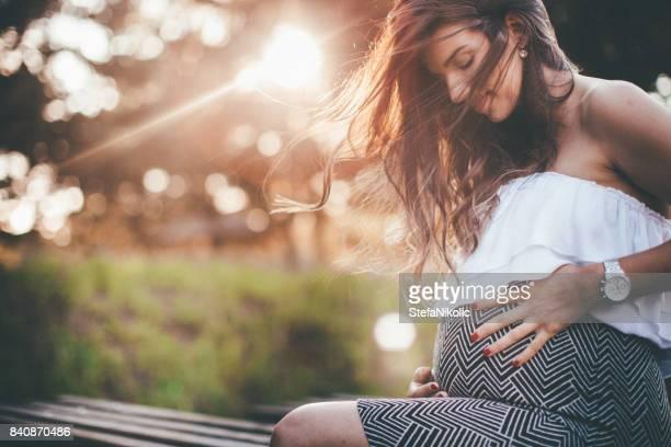 Femme enceinte, appréciant l'air frais à l'extérieur