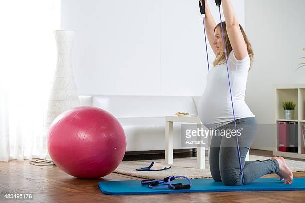 pregnant woman exercising - riem persoonlijk accessoire stockfoto's en -beelden