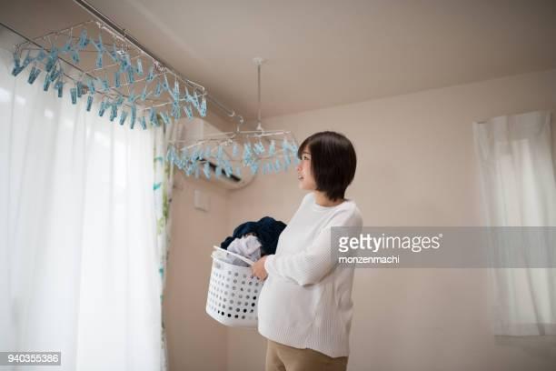 妊娠中の女性の中の洗濯物を干す - 物干し ストックフォトと画像