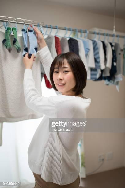 妊娠中の女性の中の洗濯物を干す - 乾かす ストックフォトと画像