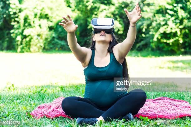 mulher grávida tendo diversão - virada ao contrário - fotografias e filmes do acervo