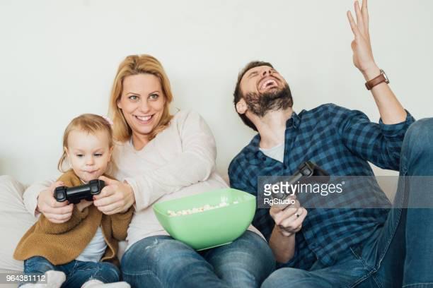 Schwangere Frau spielen von Videospielen mit Tochter und Schwiegersohn