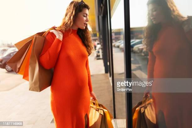 妊娠中の女性のショッピング - マタニティウェア ストックフォトと画像