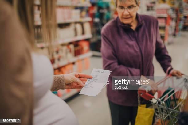 Schwangere Frau mit Großmutter einkaufen