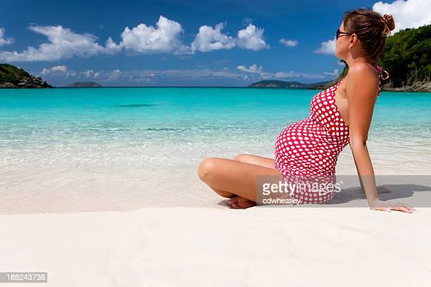 Femme enceinte prenant un bain de soleil sur une plage des Caraïbes