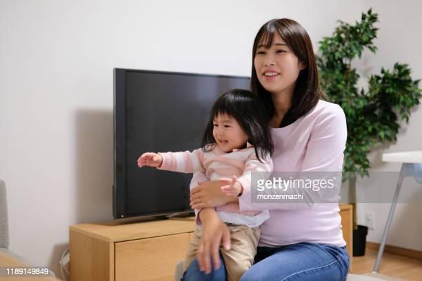 部屋で話している妊婦 - 応答する ストックフォトと画像