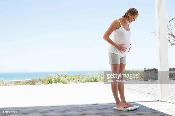 Schwangere Frau mit einem Gewicht von bis zu selbst