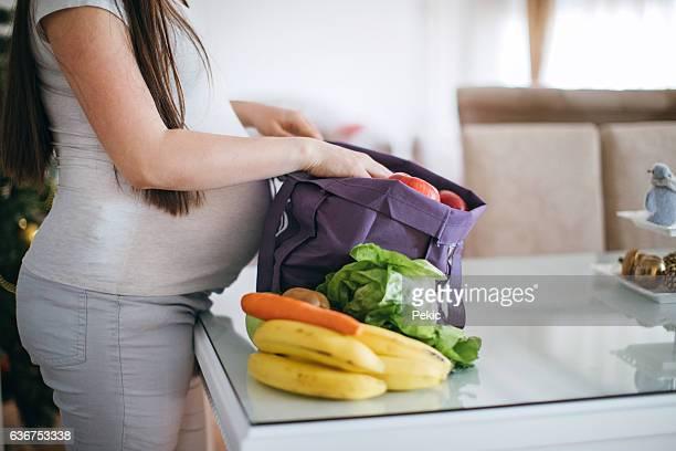 Schwangere Frau mit Lebensmitteln