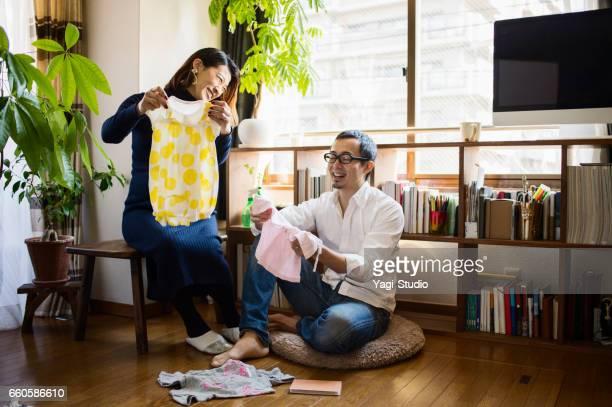 部屋で夫と妊娠中の女性 - 中年カップル ストックフォトと画像