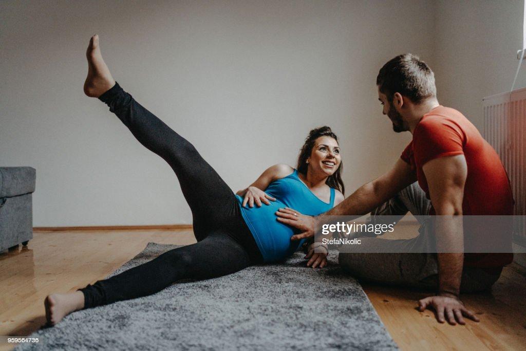 Schwangere Frau mit Mann, die Ausübung : Stock-Foto