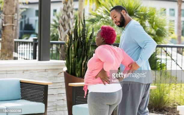 腰痛を有する妊婦,心配夫 - 下背部痛 ストックフォトと画像