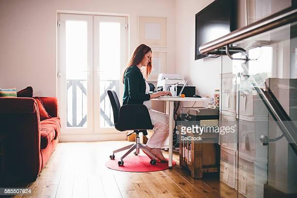 Schwangere Frau, die Arbeit von zu Hause