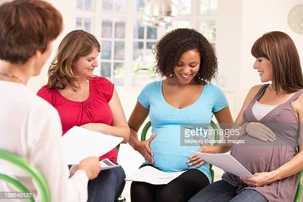 pregnant women at ante natal class - geburtsvorbereitung stock-fotos und bilder