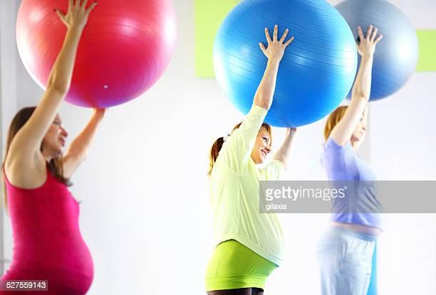 Femme enceinte faisant Pilates.