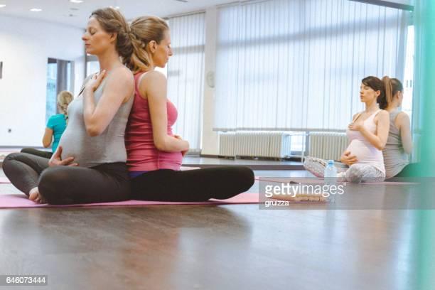 Schwangere Frauen auf einem Yoga-Kurs