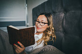 pregnant women reading bed