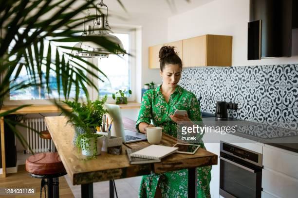 schwangere junge frau während der arbeit zu hause - izusek stock-fotos und bilder