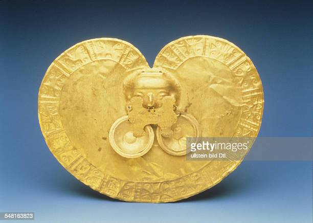Prehispanic america tribal chiefdoms of columbia Hammered gold laminate pectoral of the Calima culture about 3001000 AD tombe gift