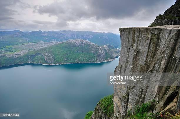 rock preikestolen (il pulpito) e lysefjord, norvegia - scogliera foto e immagini stock