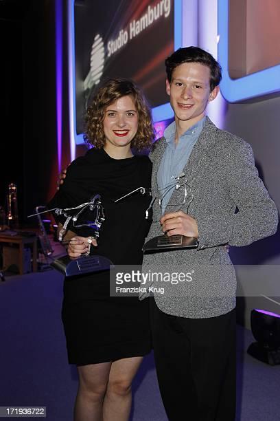 Preisträger Des Gunther Strack Nachwuchspreises Liv Lisa Fries Und Joel Basman Bei Der Verleihung Des Studio Hamburg Nachwuchspreis