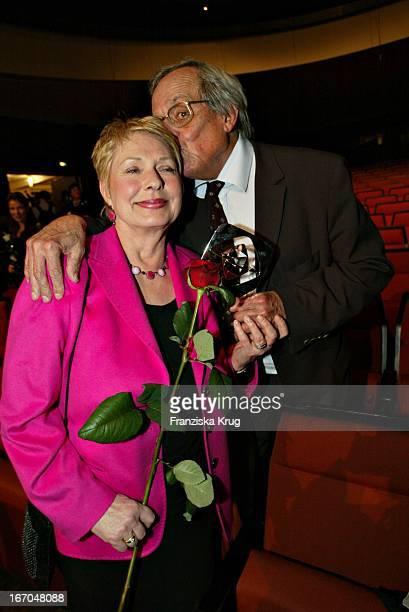Preisträger Dieter Hildebrandt Mit Ehefrau Renate Bei Der Verleihung Des 40 Adolf Grimme Preis Im Theater In Marl Am 030404