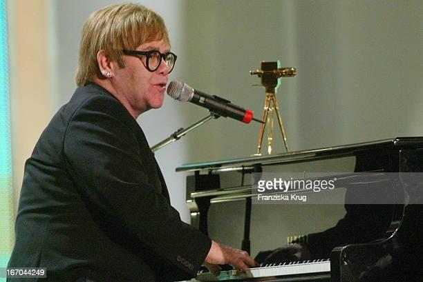 Preisträger Elton John Bei Der 38 Verleihung Der Goldenen Kamera Von Der Zeitschrift Hörzu Im Berliner Konzerthaus
