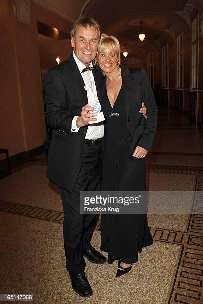 Preisträger Jörg Wontorra Und Ehefrau Heike Bei Der Verleihung Des Bayerischen Fernsehpreises Im Prinzregententheater In München .