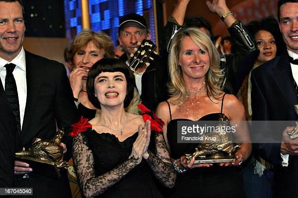 Preisträgerin Bettina Hoy Und Sängerin Mireille Mathieu Bei Der Zehnten Verleihung Des Medienpreis Die Goldene Henne Im Friedrichstadtpalast In...