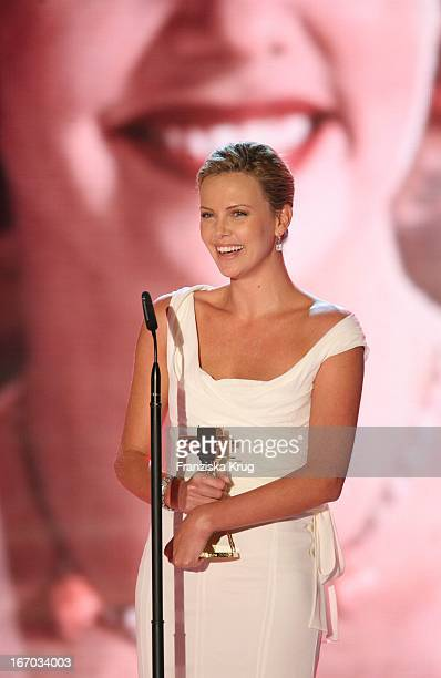 Preisträgerin In Der Kategorie Film International Schauspielerin Charlize Theron Bei Der Verleihung Der Goldenen Kamera In Berlin Am 020206