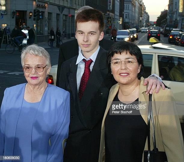 """Preisträgerin Jenny de La Torre mit Mutter und Sohn, Verleihung """"Goldene Henne 2002"""", Berlin, Deutschland, Europa, """"Friedrichstadtpalast"""", Ankunft,..."""