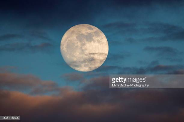 prelude to the supermoon - pleine lune photos et images de collection