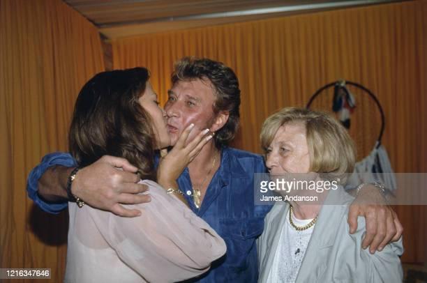 Premier concert anniversaire de Johnny Hallyday au Parc des Princes à Paris - Johnny Hallyday dans sa loge avec sa fiancée Karine Martin et sa mère...