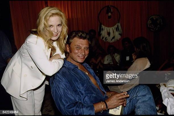 Premier concert anniversaire de Johnny Hallyday - Johnny Hallyday et Sylvie Vartan dans la loge du chanteur.