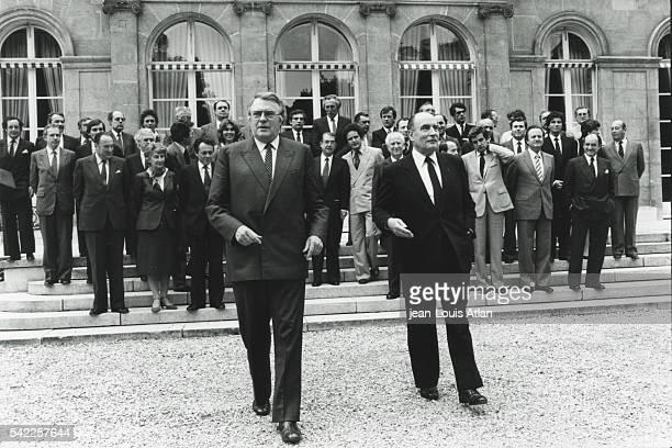 Premier conseil des ministres du Gouvernement, Pierre Mauroy, François Mitterrand et le gouvernement dans la cour de l'Elysée.